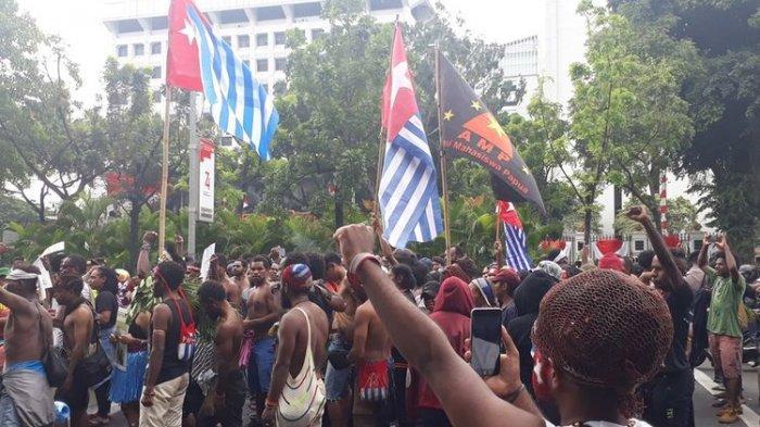 Aksi demonstrasi mahasiswa Papua dengan membawa serta bendera Bintang Kejora di depan Mabes TNI AD, Jakarta Pusat, Rabu (28/8/2019). Aksi serupa mereka lakukan di depan Istana Negara dengan tuntutan referendum untuk Papua.