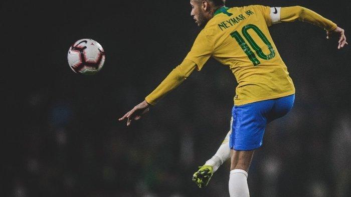 Kena Sliding Tekel Fans di Brasil, Neymar Jalan dengan Kaki Pincang