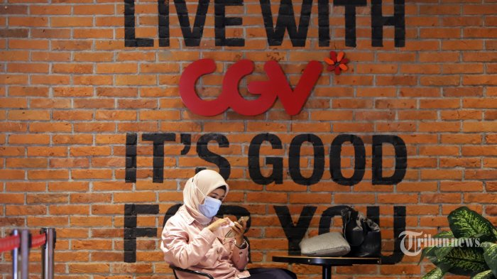 Pengunjung berada di Bioskop CGV Grand Indonesia pada hari pertama dibukanya kembali usai penutupan untuk menghindari penyebaran Covid-19 di Jakarta, Rabu (21/10/2020). Dibukanya kembali bioskop di Jakarta sesuai dengan keputusan Pemprov DKI Jakarta yang membolehkan pembukaan dengan aturan salah satunya hanya memperbolehkan menampung kapasitas di dalam bioskop maksimal 25 persen. TRIBUNNEWS/HERUDIN