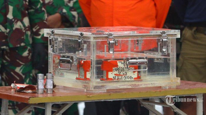 Flight Data Recorder (FDR) pesawat Sriwijaya Air PK-CLC dengan nomor penerbangan SJ-182 yang jatuh di perairan Kepulauan Seribu ditunjukkan di Dermaga JICT, Tanjung Priok, Jakarta Utara, Selasa (12/1/2021). FDR Sriwijaya Air SJ 182 yang ditemukan oleh tim penyelam TNI di perairan Kepulauan Seribu selanjutnya akan dibawa KNKT untuk dilakukan pemeriksaan. Tribunnews/Irwan Rismawan