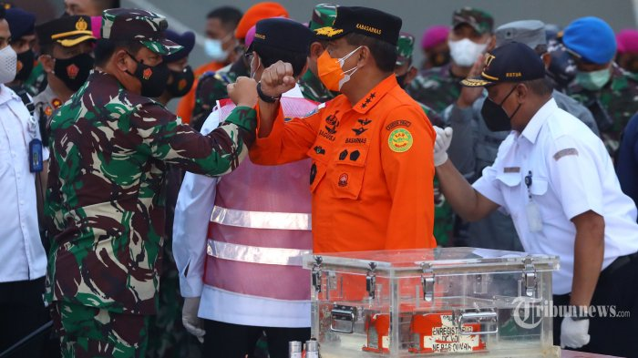 Panglima TNI Marsekal Hadi Tjahjanto bersama Kepala Basarnas Marsdya TNI (Purn) Bagus Puruhito saat menunjukkan Flight Data Recorder (FDR) pesawat Sriwijaya Air PK-CLC dengan nomor penerbangan SJ-18 yang jatuh di perairan Kepulauan Seribu, di Dermaga JICT, Tanjung Priok, Jakarta, Selasa (12/1/2021). FDR Sriwijaya Air SJ 182 yang ditemukan oleh penyelam TNI AL di perairan Kepulauan Seribu selanjutnya akan dibawa KNKT untuk dilakukan pemeriksaan. TRIBUNNEWS/IRWAN RISMAWAN