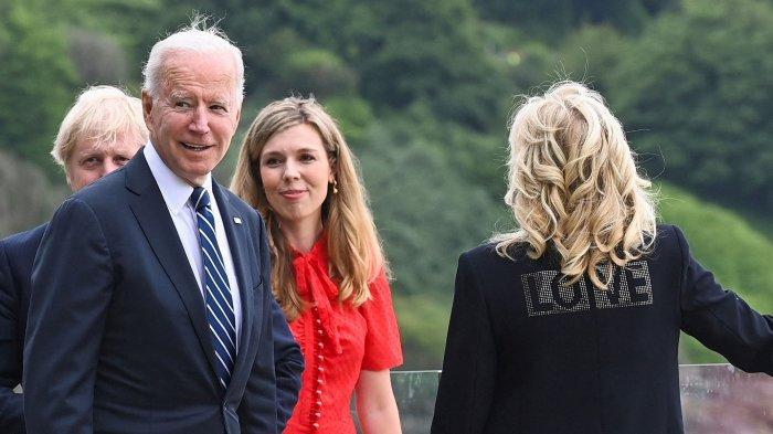 """Jill Biden Pakai Blazer Bertuliskan """"LOVE"""", Pesan Khusus untuk Melanie Trump?"""