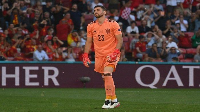 Kiper Spanyol Unai Simon bereaksi terhadap gol bunuh diri Spanyol selama pertandingan sepak bola babak 16 besar UEFA EURO 2020 antara Kroasia dan Spanyol di Stadion Parken di Kopenhagen pada 28 Juni 2021.