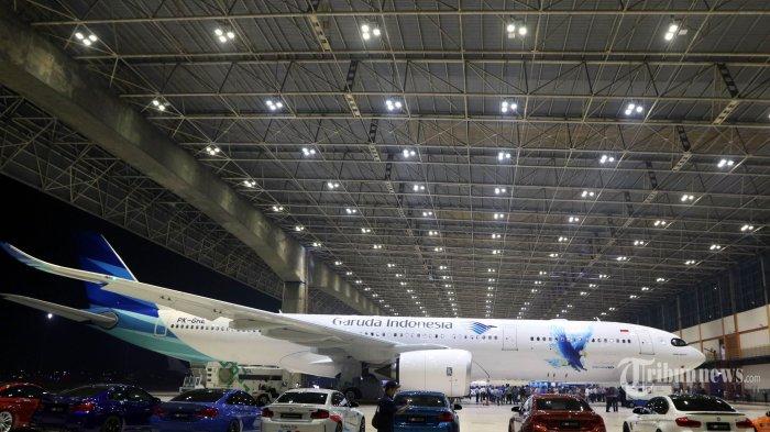 Mobil andalan BMW Indonesia berjejer dalam acara peluncuran Garuda Indonesia Airbus A330-900 Neo di Hanggar 2 GMF Aero Asia Bandara Internasional Soekarno Hatta, Banten, Rabu (27/11/2019). Garuda Indonesia sebagai salah satu mitra korporasi dari BMW Business Alliance yang juga merupakan mitra strategis dalam menghadirkan First Class Flying Experience turut menghadirkan program penjualan inovatif dari THE NEW 7 dengan 120.000 poin GarudaMiles. Program ini diresmikan bersamaan dengan rangkaian peluncuran armada terbaru Garuda Indonesia Airbus 330-900neo pada hari ini. TRIBUNNEWS/DANY PERMANA