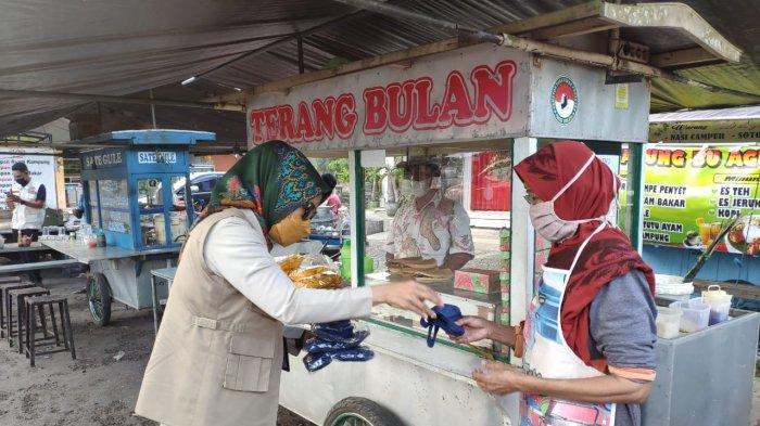 Pemantauan dan Penguatan PPKM Level 4 di Bali, BNPB Edukasi dan Bagikan Masker ke Masyarakat
