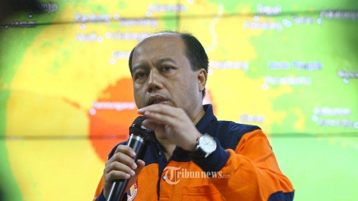 Kepala Pusat Data Informasi dan Humas BNPB Sutopo Purwo Nugroho memberikan penjelasan terkait kondisi gempa di Tasikmalaya, di Jakarta, Sabtu (16/12/2017).