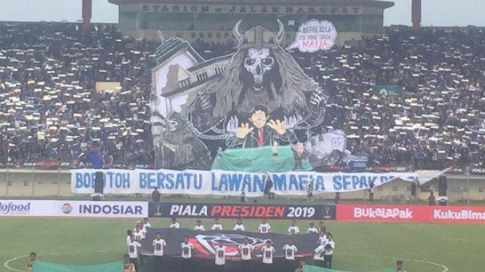 Pendukung Persib Bandung saat membentangkan poster raksasa yang bertuliskan 'Sepakbola itu Indah Tanpa Mafia' di Stadion si Jalak Harupat, Kabupaten Bandung, Sabtu (2/3/2019). Tribunnews/Abdul Majid