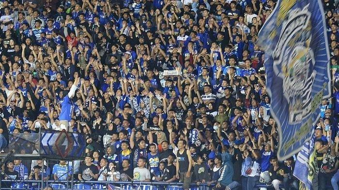 Bobotoh semangat mendukung Persib Bandung saat menjamu Persela Lamongan pada pekan pertama Shopee Liga 1 2020 yang digelar di Stadion Si Jalak Harupat, Kabupaten Bandung, Minggu (1/3/2020).