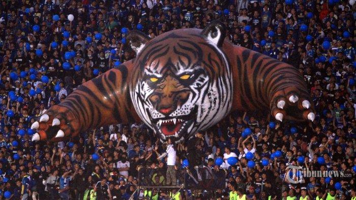 Pendukung Persib Bandung yang dikenal dengan nama Bobotoh menampilkan koreo Maung Bandung saat melawan PSS Sleman dalam lanjutan pertandingan Liga 1 di Stadion Si Jalak Harupat, Kabupaten Bandung, Minggu (15/2/2020). Persib Bandung masih memuncaki klasemen Liga 1 setelah memenangkan pertandingan atas PSS Sleman 2-1. TRIBUN JABAR/DENI DENASWARA