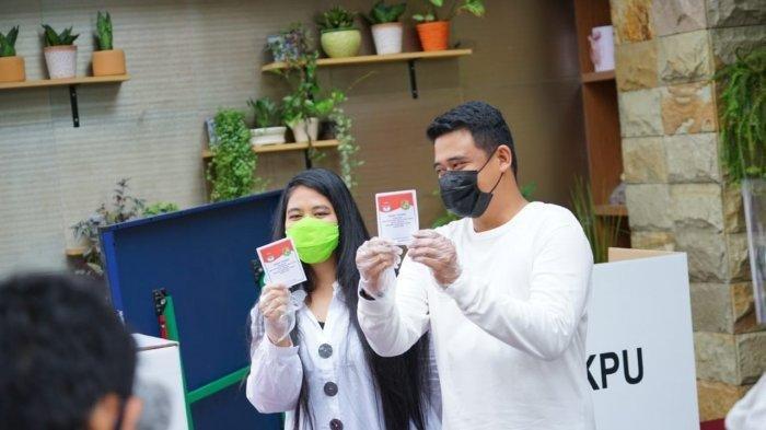Tampilan Bobby dan Kahiyang Saat ke TPS, Kompak Pakai Kostum Serba Putih Dipadu Jins