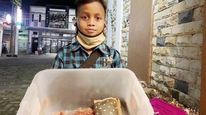 Cerita Perjuangan Ari, Bocah 9 Tahun Penjual Sumpia, Rela Keliling hingga Larut Malam Demi Rupiah