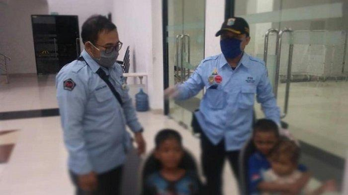 Petugas P3S Tambora, Jakarta Barat mengevakuasi bocah yang dieksploitasi di Tambora, Jakaarta Barat, Rabu (11/11/2020).