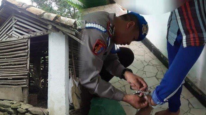 Polisi saat melepas borgol di kaki bocah MI yang diduga diborgol oleh orang tuanya ./ ilustrasi kandang ayam (kiri)