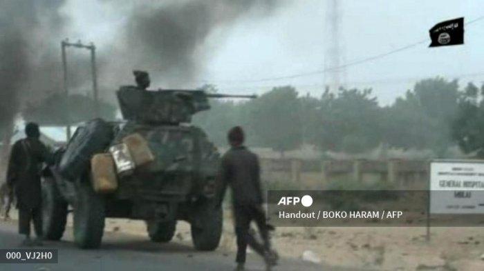Gambar tangkapan layar ini diambil pada 2 Januari 2018 dari video yang dirilis pada 2 Januari 2018 oleh kelompok Boko Haram. Gambar menunjukkan pejuang Boko Haram saat serangan Hari Natal di sebuah pos pemeriksaan militer di desa Molai di pinggiran timur laut kota Maiduguri, Nigeria, yang menurut militer digagalkan oleh pasukan setelah satu jam pertempuran. (Handout / BOKO HARAM / AFP)