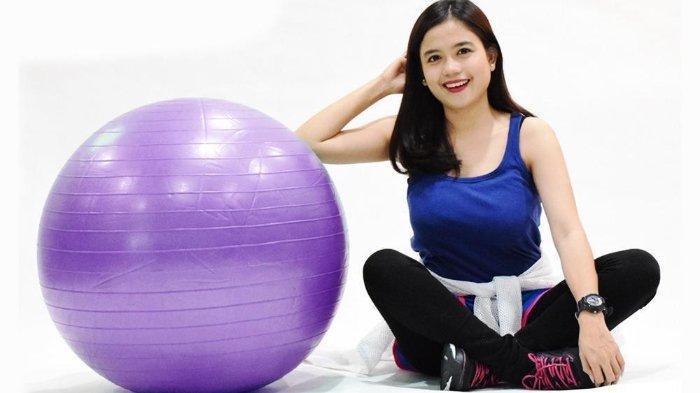 Bola fitness atau juga dikenal sebagai gym ball adalah salah satu alat olahraga di rumah yang bisa digunakan untuk segala umur.