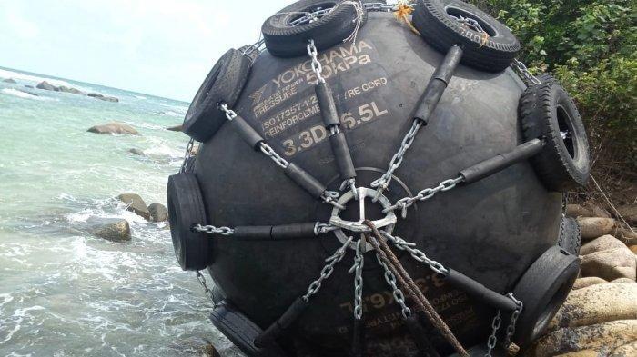 'Bola Raksasa' Terdampar di Tepi Pantai Desa Teluk Bakau, Pemiliknya Misterius