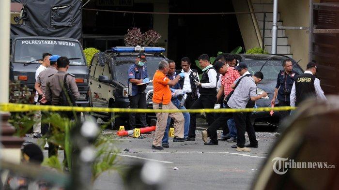 Polisi melakukan olah TKP di lokasi terjadinya bom bunuh diri di Mapolrestabes Medan, Sumatera Utara, Rabu (13/11/2019). Ledakan akibat bom bunuh diri terjadi di halaman Markas Polrestabes Medan pada Rabu (13/11/2019) pagi, menewaskan pelaku sendiri dan melukai 5 orang lainnya. TRIBUN MEDAN/RISKI CAHYADI
