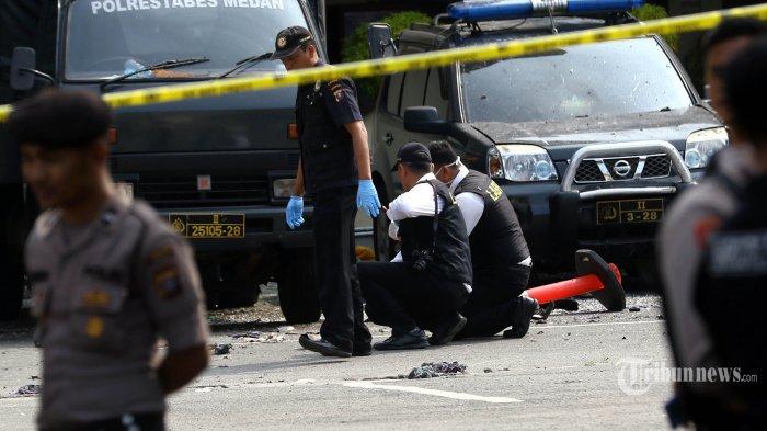 Tim gabungan Inafis dan Labfor melakukan olah TKP di depan gedung Mapolrestabes Medan pascabom bunuh diri yang dilakukan seorang pemuda, di Medan, Sumatera Utara, Rabu (13/11/2019). Akibat peristiwa tersebut pelaku tewas dan enam orang mengalami luka-luka, empat diantaranya personel kepolisian. TRIBUN MEDAN/DANIL SIREGAR