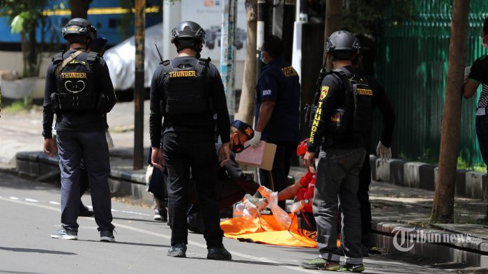 Petugas Kepolisian melakukan olah TKP ledakan di Gereja Hati Yesus Yang Mahakudus atau Katedral Makassar, Minggu (28/3/2021). Polisi menyatakan bom yang meledak tersebut merupakan bom bunuh diri. TRIBUN TIMUR/SANOVRA JR