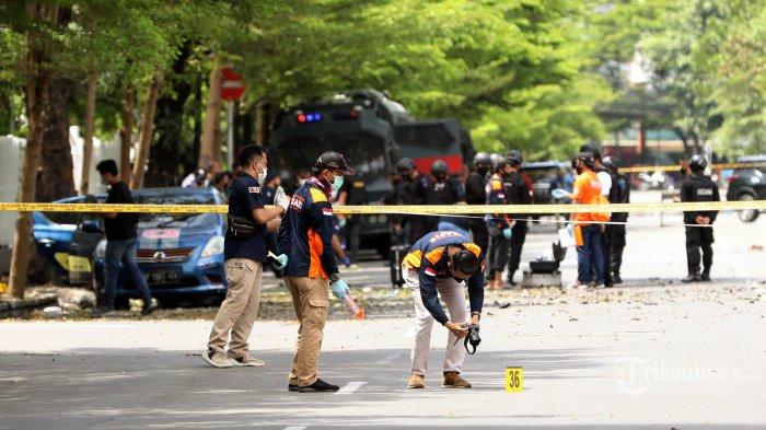 Petugas Kepolisian melakukan olah TKP ledakan di Gereja Hati Yesus Yang Mahakudus atau Katedral Makassar, Minggu (28/3/2021).