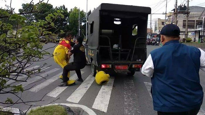 Badut Mencoba Melawan dan Berusaha Kabur Saat Kena Razia Sedang Joget-joget di Jalanan di Medan