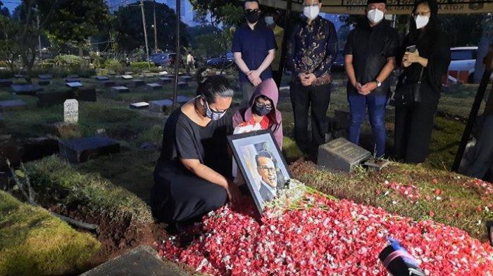 Bonita, anak Koes Hendratmo, ditemui saat pemakaman sang ayah di TPU Karet Bivak, Jakarta Pusat, Selasa (7/9/2021).