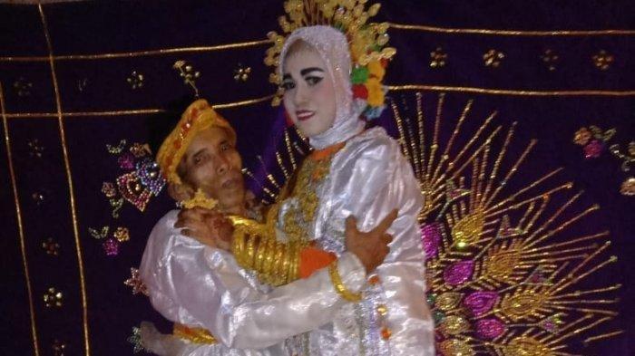 Bora dan Ira Fazilah, pasangan yang selisih 39 tahun yang menikah di Kabupaten Bone, Sulawesi Selatan (Sulsel), Rabu (7/4/2021).