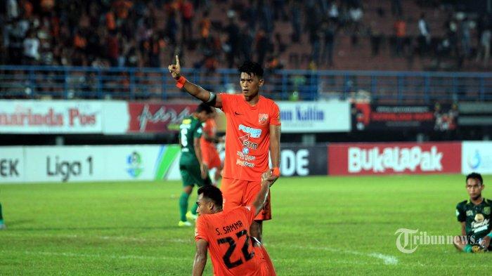 Pemain Borneo FC Lerby Eliandry dan Sultan Samma mendengarkan teriakan suporter Pusamania setelah ditahan Persebaya, 2-2 pada pertandingan Liga 1 di Stadion Segiri Samarinda Kalimantan Timur, Jumat (11/5/2018). Dua gol Lerby Imbangi perlawanan Persebaya 2-2. Tribun Kaltim/Nevrianto Hardi Prasetyo.