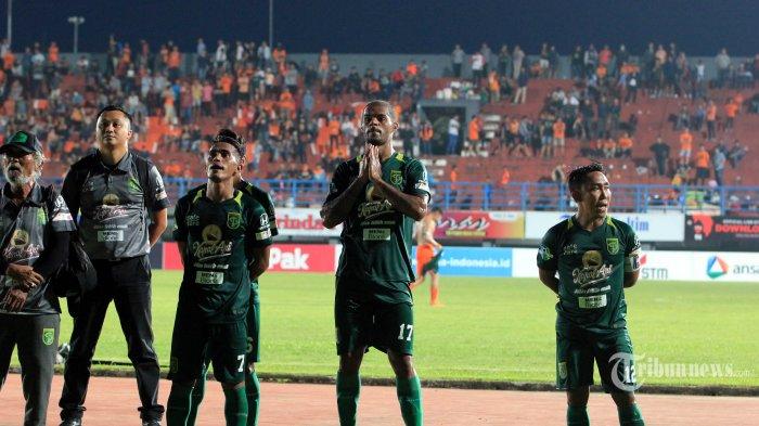 Pemain Persebaya Mohammad Sidik Saimima, David Aparecido Dasilva, Rendi Irwan Saputra dan official bersyukur dihadapan suporter Bonek setelah menahan imbang tuan rumah Borneo FC pada pertandingan lanjutan Liga 1 di Stadion Segiri Samarinda Kalimantan Timur, Jumat (11/5/2018). Dua gol Lerby Imbangi perlawanan Persebaya 2-2. Tribun Kaltim/Nevrianto Hardi Prasetyo.
