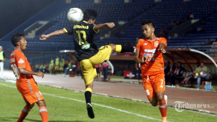 Pesepak bola Borneo FC, Abdul Rahman (kanan) menghindari terjangan pesepak bola Perseru Badak Lampung FC dalam laga lanjutan Liga 1 2019 di Stadion Segiri, Kota Samarinda, Kalimantan Timur, Selasa (5/11/2019) malam. Borneo FC ditahan Perseru Badak Lampung FC 1-1. Tribun Kaltim/Nevrianto Hardi Prasetyo