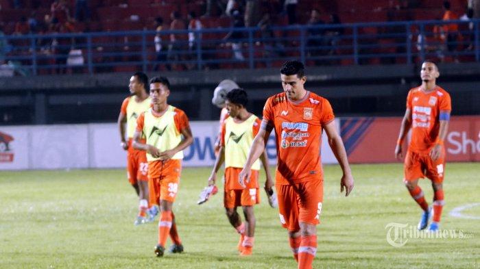 Pesepak bola Borneo FC, Matias Ruben Conti (depan), Sultan Samma, Sihran, dan Renan Silva berjalan meninggalkan lapangan usai bertanding melawan Perseru Badak Lampung FC dalam laga lanjutan Liga 1 2019 di Stadion Segiri, Kota Samarinda, Kalimantan Timur, Selasa (5/11/2019) malam. Borneo FC ditahan Perseru Badak Lampung FC 1-1. Tribun Kaltim/Nevrianto Hardi Prasetyo