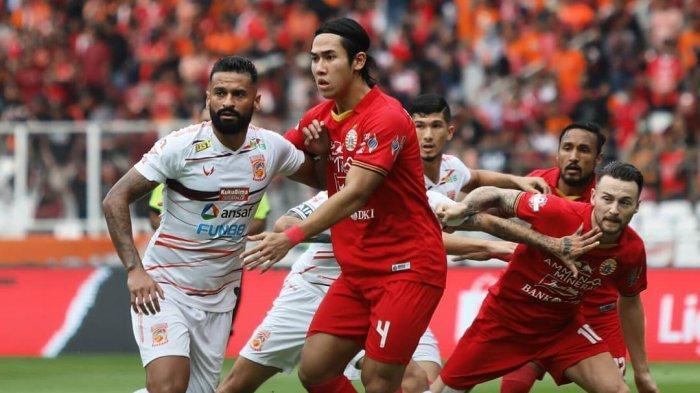 Penyerang Borneo FC, Francisco Torres (kiri) dibayang-bayangi bek Persija Jakarta (Ryji Utomo) dalam laga pekan perdana Liga 1 2020 di Stadion Gelora Bung Karno Jakarta, Minggu (1/3/2020) lalu.