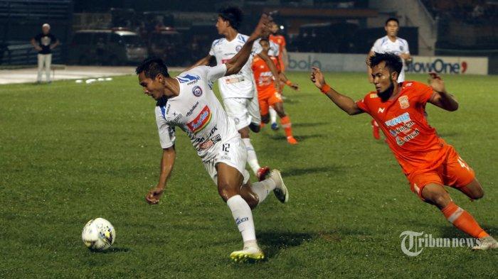BEREBUT BOLA-Pemain Arema FC,Hendro Siswanto (kiri) mengadang pemain Borneo FC, Ichsan Kurniawan pada pertandingan Liga 1 di Stadion Segiri Samarinda Kalimantan Timur, Rabu( 22/5/2019). Borneo FC kalahkan Arema FC dengan 2-0.(TribunKaltim/Nevrianto Hardi Prasetyo)