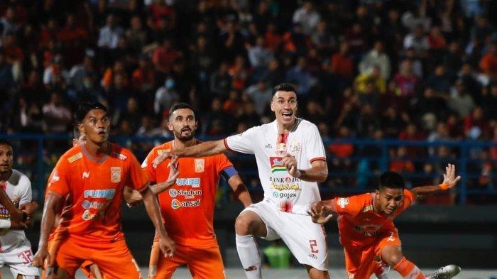 Pemain Belakang Persija, Xandao Jersey putih) sedang berjibaku dengan beberapa pemain Borneo FC. (@borneofc.id)