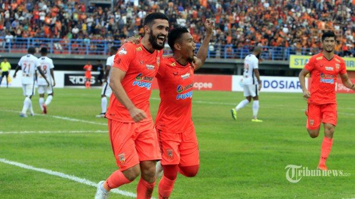 Pemain Borneo FC Javlon Guseynov (kiri) melakukan selebrasi bersama Wildansyah dan Kevin Gomes dalam lanjutan pertandingan Liga 1 di Stadion Segiri Samarinda, Kalimantan Timur, Sabtu (7/3/2020). Borneo FC berhasil mengalahkan Persipura Jayapura dengan skor 2-0. Tribun Kaltim/Nevrianto Hardi Prasetyo