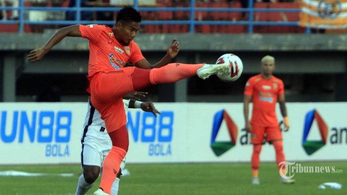 Pemain Borneo FC  Wildansyah menendang bola saat melawan Persipura Jayapura dalam lanjutan pertandingan Liga 1 di Stadion Segiri Samarinda, Kalimantan Timur, Sabtu (7/3/2020). Borneo FC berhasil mengalahkan Persipura Jayapura dengan skor 2-0. Tribun Kaltim/Nevrianto Hardi Prasetyo