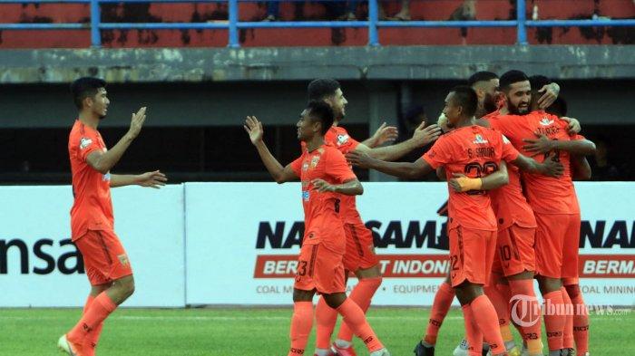 Pemain Borneo FC melakukan selebrasi setelah berhasil membobol gawang Persipura Jayapura dalam lanjutan pertandingan Liga 1 di Stadion Segiri Samarinda, Kalimantan Timur, Sabtu (7/3/2020). Borneo FC berhasil mengalahkan Persipura Jayapura dengan skor 2-0. Tribun Kaltim/Nevrianto Hardi Prasetyo