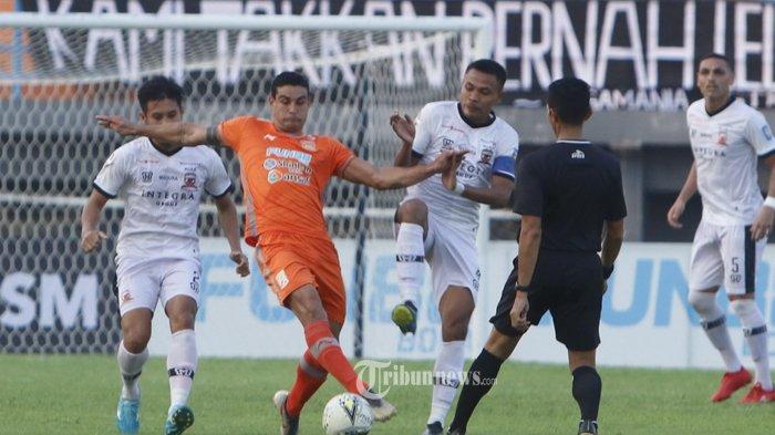 DIKEPUNG-Pemain Borneo FC Matias Conti, dikepung Pemain Madura United Guntur Ariyadi dan Asep Berlian pada pertandingan Liga 1 di Stadion Segiri Samarinda Kalimantan Timur, Selasa (18/9/2019).Borneo berhasil mengalahkan Madura United, 2-1.TribunKaltim/Nevrianto Hardi Prasetyo)