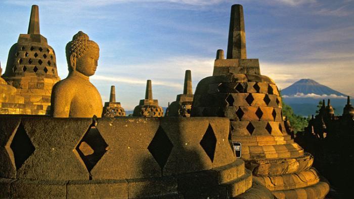 Cegah Keausan Batu, Pengunjung Borobudur Diharuskan Pakai Sandal Khusus