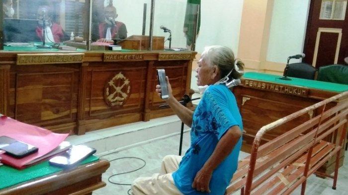 Boru Sianipar menangis di persidangan saat memberikan keterangan terkait kejahatan yang dilakukan anaknya di Pengadilan Negeri Medan, Jumat (27/8/2021).