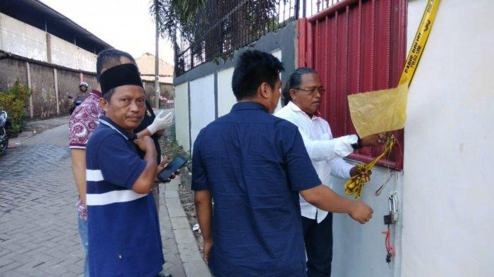 Jajaran Satreskrim Polsek Jatiuwung bersama Kapolsek Jatiuwung, Kompol Aditya Sembiring saat menyambangi lokasi pembunuhan di Kampung Nagrak, Kecamatan Periuk, Kota Tangerang, Minggu (8/2/2020).