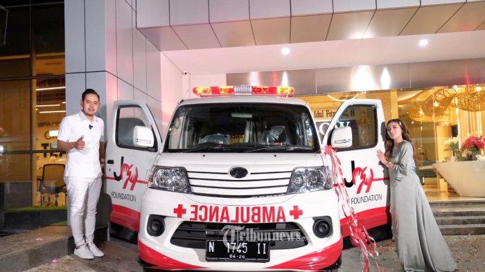 Bos Juragan 99 Gilang Widya Pramana didampingi istri tercinta founder MS Glow, Shandy Purnamasari merayakan  HUT ke-32 menyumbangkan 2 Mobil Ambulans kepada masyarakat sekitar pada 4 Mei 2021 di Ngalam.