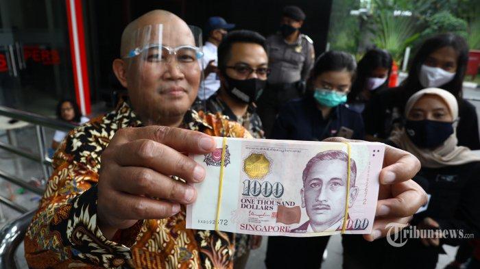 Koordinator Masyarakat Antikorupsi Indonesia (MAKI), Boyamin Saiman menunjukkan uang SGD 100 ribu kepada wartawan saat mendatangi Gedung KPK, Jakarta Selatan, Rabu (7/10/2020). Boyamin Saiman menyerahkan uang 100 ribu dolar Singapura kepada KPK sebagai gratifikasi karena ia menyatakan bukan berasal dari pekerjaannya sebagai pengacara. Tribunnews/Irwan Rismawan