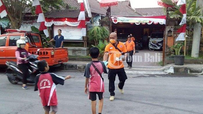 Hujan Abu di Klungkung, BPBD Bagikan Masker kepada Warga di Seputar Kota Semarapura