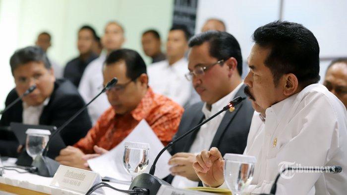 Ketua Badan Pemeriksa Keuangan (BPK) RI Agung Firman Sampurna bersama Wakil Ketua BPK RI Agus Joko Pramono dan Jaksa Agung RI Burhanuddin saat menjadi pembicara pada konferensi pers membahas mengenai asuransi Jiwasraya di Gedung BPK RI, Jakarta Selatan, Rabu (8/1/2020). Ketua BPK Agung Firman Sampurna menjelaskan dalam kurun 2010 sampai dengan 2019 BPK telah du kali melakukan pemeriksaan atas PT Asuransi Jiwasraya yaitu pemeriksaan dengan tujuan tertentu tahun 2016 dan pemeriksaan Investigatif tahun 2018. Tribunnews/Jeprima
