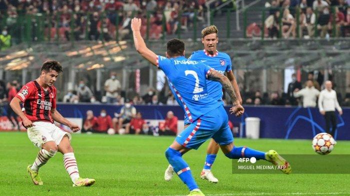 Gelandang AC Milan asal Spanyol Brahim Diaz (kiri) melakukan tendangan tepat sasaran pada pertandingan sepak bola Grup B Liga Champions UEFA antara AC Milan dan Atletico Madrid pada 28 September 2021 di stadion San Siro di Milan.