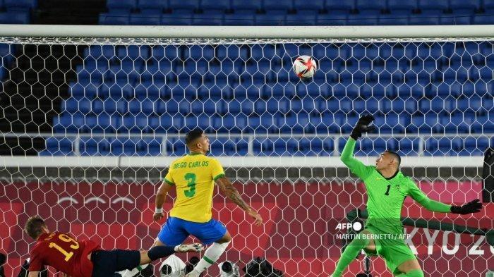 Penjaga gawang Brasil Aderbar Santos (kanan), Diego Carlos (tengah) dari Brasil dan Dani Olmo dari Spanyol berebut bola dalam pertandingan perebutan medali emas putra Olimpiade Tokyo 2020 di Stadion Internasional Yokohama di Yokohama, Jepang, pada 7 Agustus 2021.