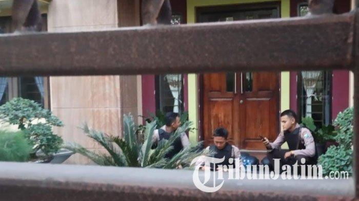 BREAKING NEWS : KPK Geledah Rumah Mantan Asisten Pribadi Pakde Karwo, Polisi Jaga di Balik Pagar