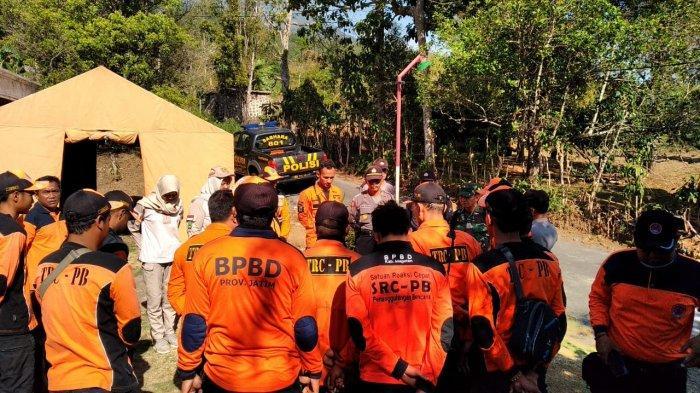 Tim gabungan BPBD dan relawan di Magetan mendengarkan arahan untuk pemadaman api di Gunung Lawu, Sabtu (16/11/2019)