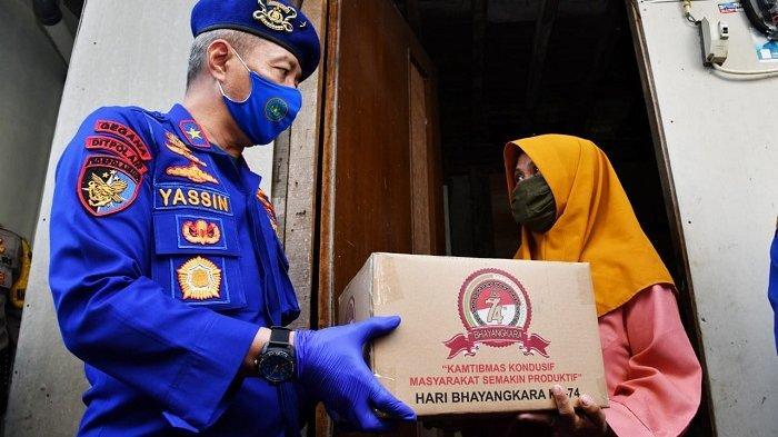 Brigjen Pol Mohammad Yassin Kosasih berbagi dengan masyarakat pesisir di Kelurahan Pluit, Kecamatan Penjaringan, Jakarta Utara